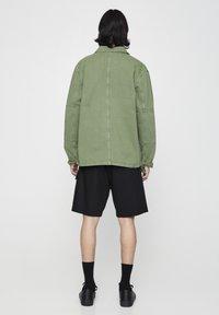 PULL&BEAR - MIT PATTENTASCHEN - Summer jacket - khaki - 2