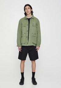 PULL&BEAR - MIT PATTENTASCHEN - Summer jacket - khaki - 1