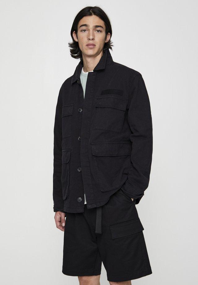 MIT PATTENTASCHEN - Leichte Jacke - metallic black