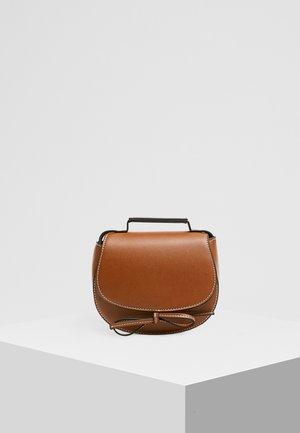 MIT SCHLEIFE - Sac bandoulière - brown