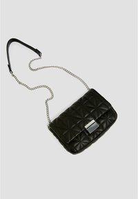 PULL&BEAR - GESTEPPTE UMHÄNGETASCHE IN SCHWARZ 14005540 - Across body bag - black - 3