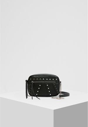 UMHÄNGETASCHE MIT NIETEN 14083540 - Handbag - black