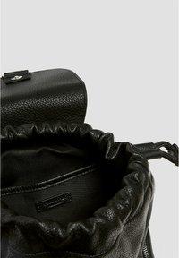 PULL&BEAR - SCHWARZER URBANER RUCKSACK 14001540 - Tagesrucksack - black - 6