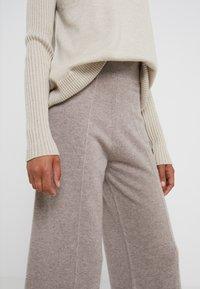 pure cashmere - LOOSE FIT PANTS - Pantalon classique - beige - 4