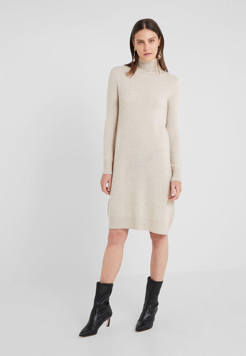 pure cashmere - TURTLE NECK DRESS - Pletené šaty - oatmeal