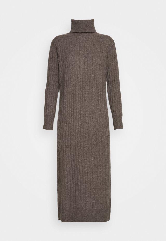 TURTLENECK DRESS - Strickkleid - heathered brown