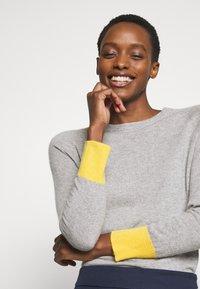 pure cashmere - CLASSIC CREW NECK COLOR BLOCK - Jumper - light grey/yellow - 4
