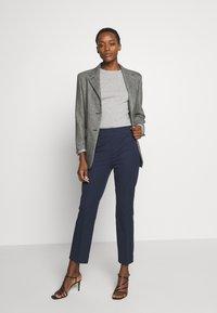 pure cashmere - CLASSIC CREW NECK COLOR BLOCK - Jumper - light grey/yellow - 1