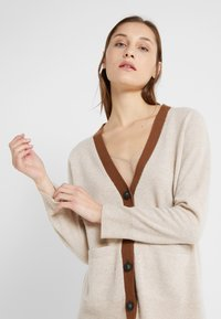 pure cashmere - CLASSIC CARDIGAN - Vest - oatmeal/deep camel - 3