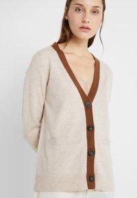 pure cashmere - CLASSIC CARDIGAN - Vest - oatmeal/deep camel - 6