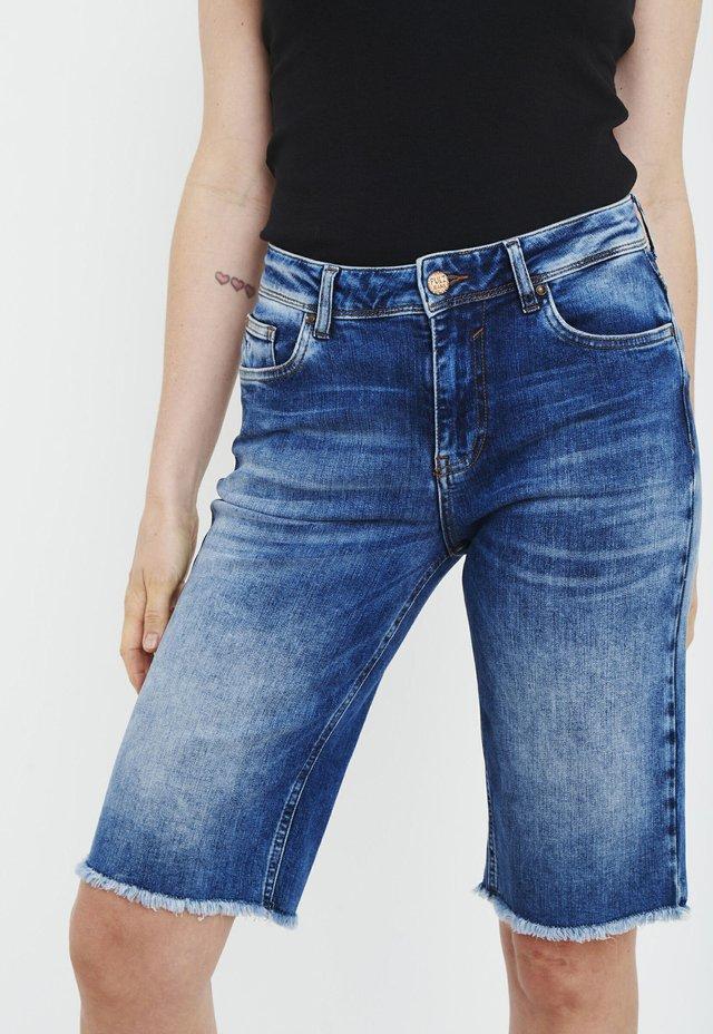 PZEMMA  - Jeans Short / cowboy shorts - medium blue denim