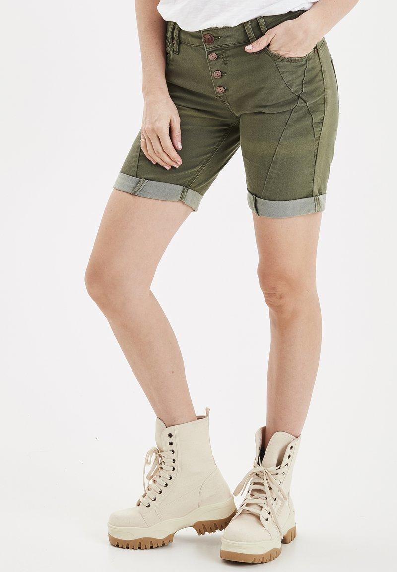 PULZ - PZROSITA - Jeans Short / cowboy shorts - beetle