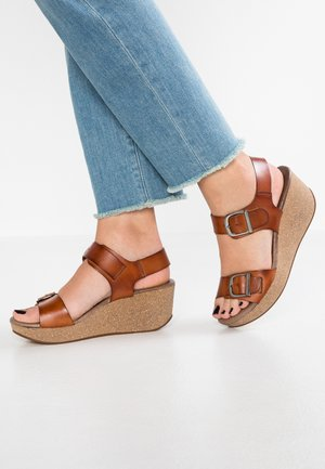 CAMILLA - Sandály na platformě - tan