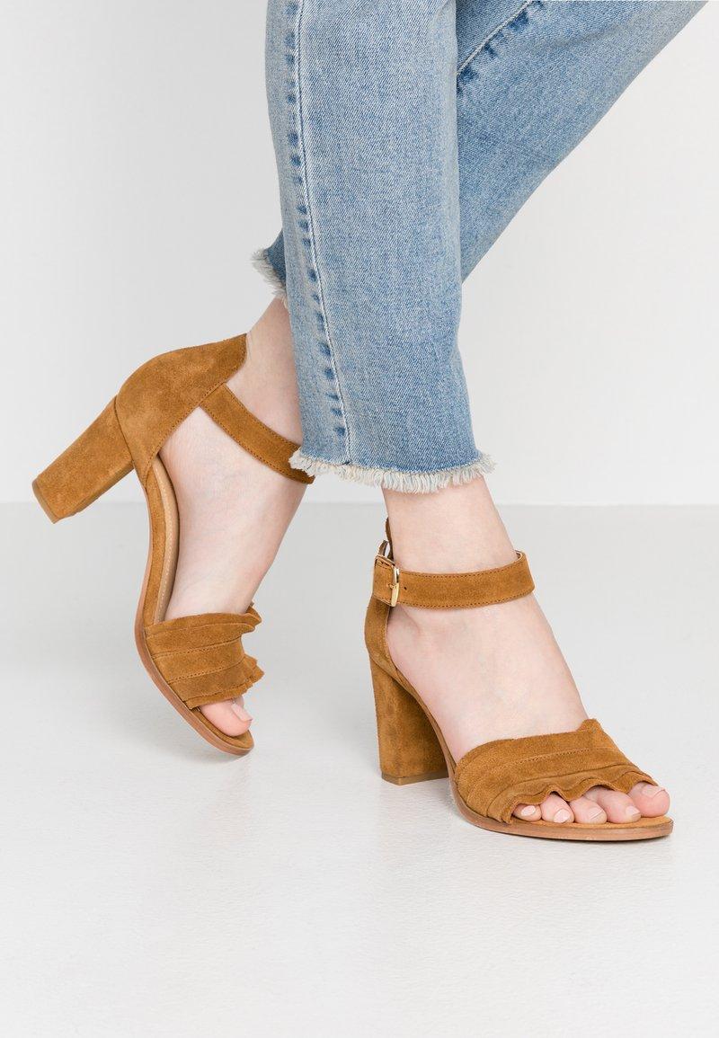 Pavement - SILKE WAVE - Sandals - tan