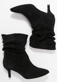 Pavement - VERONICA - Classic ankle boots - black - 3