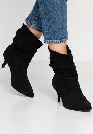 VERONICA - Korte laarzen - black