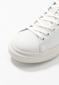 Pavement - DEE COLOR - Joggesko - white/yellow - 2