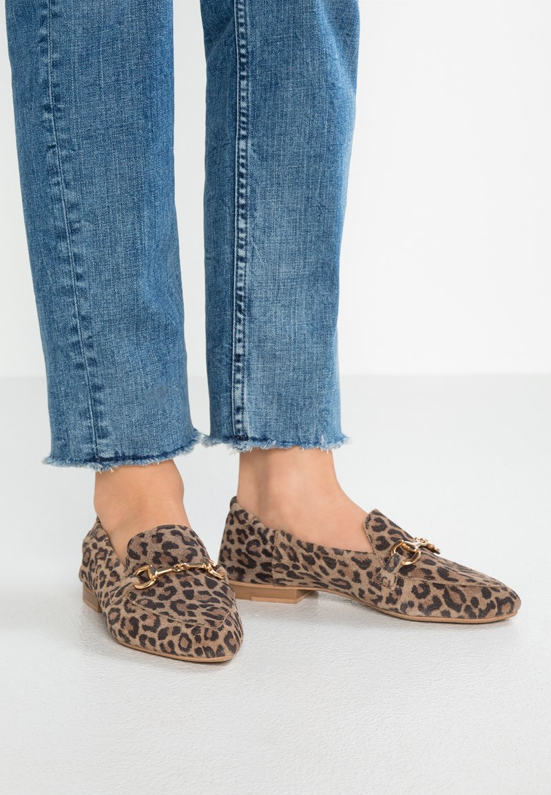 Pavement - JASMIN BUCKLE LEO - Loafers - brown