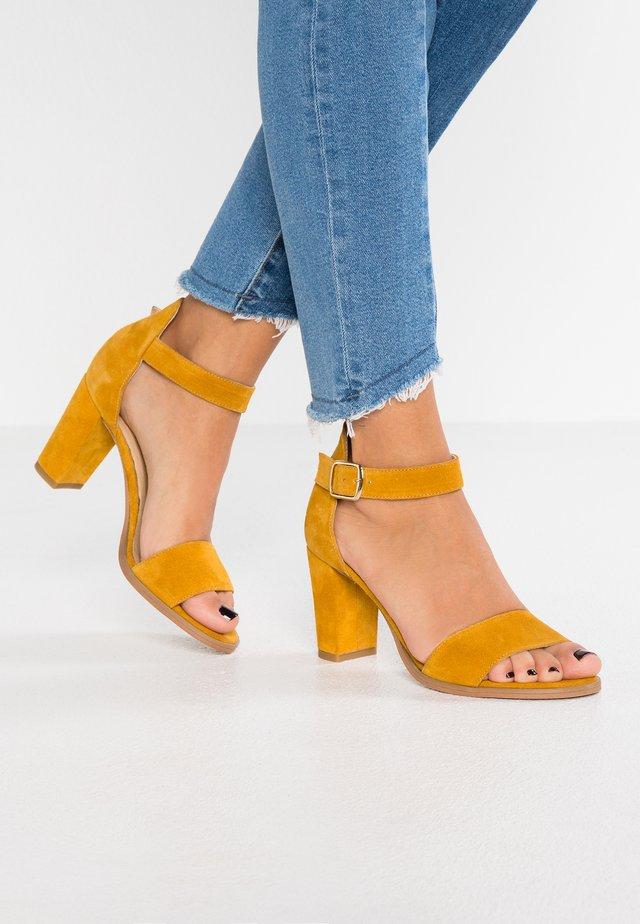 SILKE - Sandaalit nilkkaremmillä - yellow