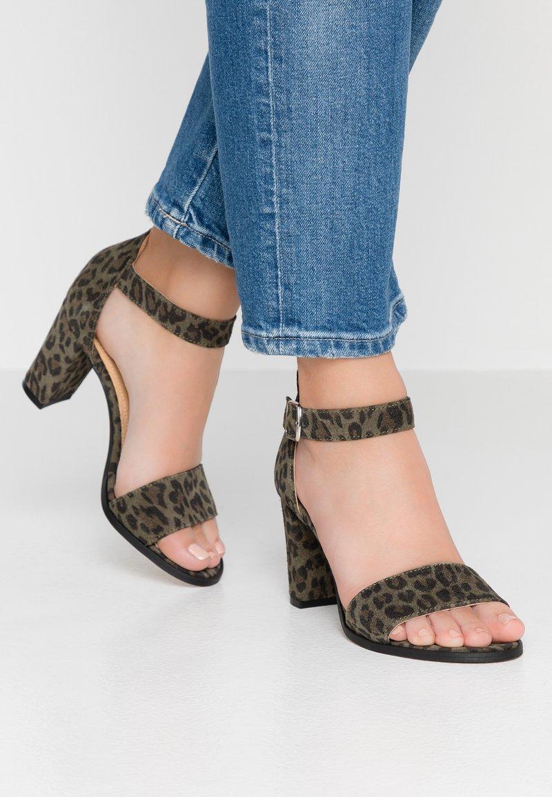 Pavement - Korolliset sandaalit - green