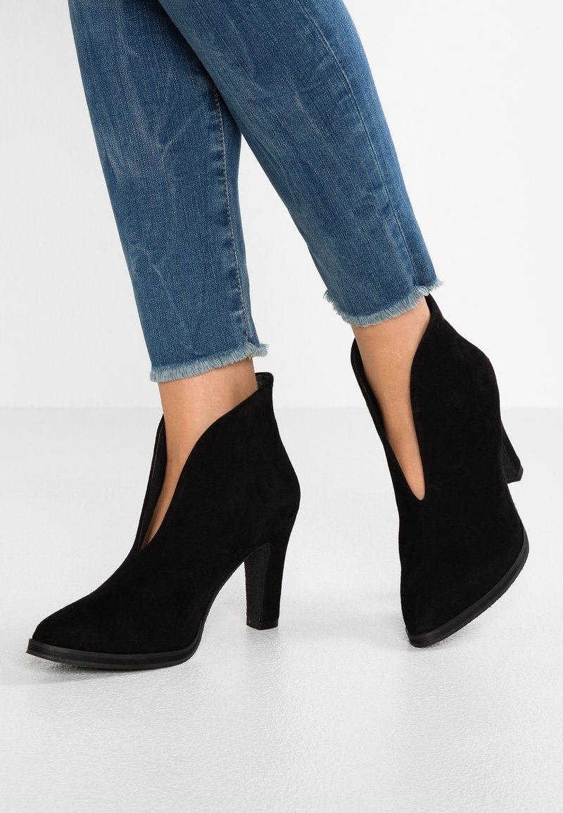 Pavement - AGNES - High heeled ankle boots - black