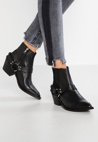 Pavement - DEMI - Boots à talons - black - 0