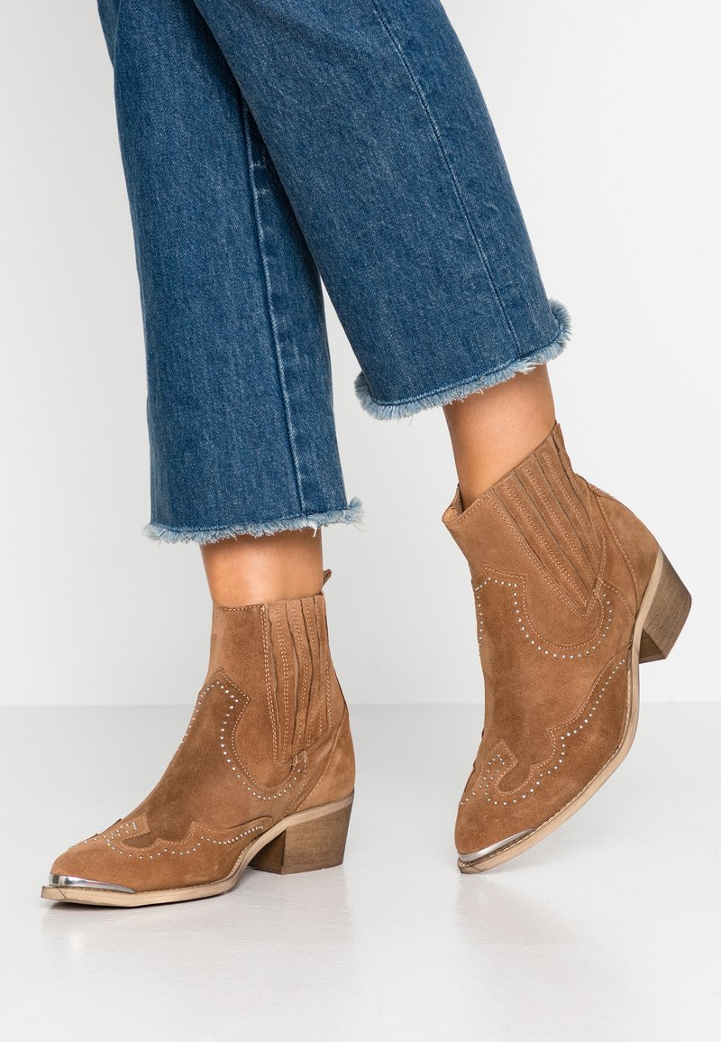 Pavement - RUTH - Cowboy/biker ankle boot - taupe