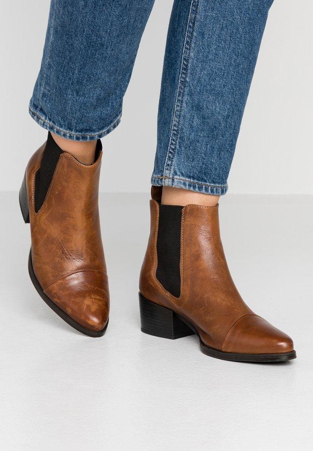 PARKER - Korte laarzen - brown