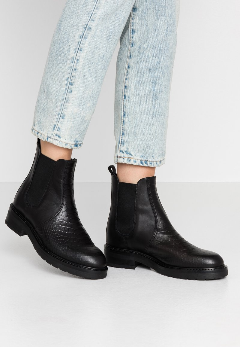 Pavement - MARIA TWO - Classic ankle boots - black