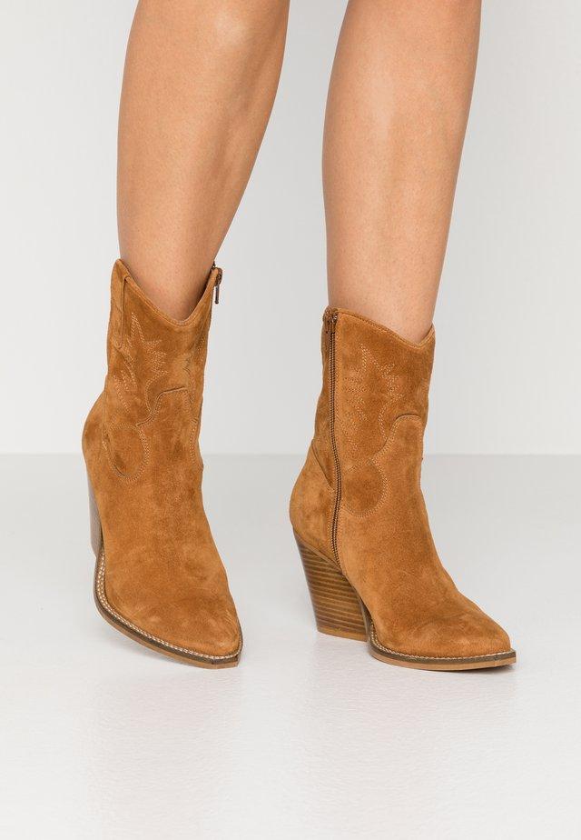 ABBIE - Cowboy/biker ankle boot - tan