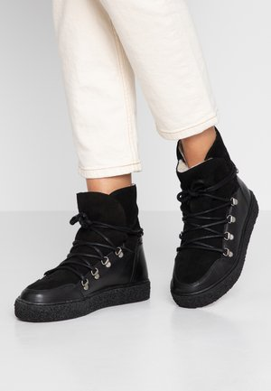 LOLA - Bottines à plateau - black
