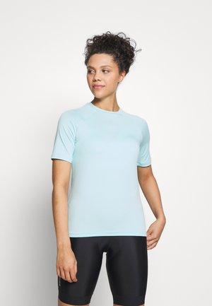 ESSENTIAL TEE - T-Shirt print - light kalkopyrit blue