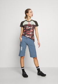 POC - ESSENTIAL SHORTS - kurze Sporthose - calcite blue