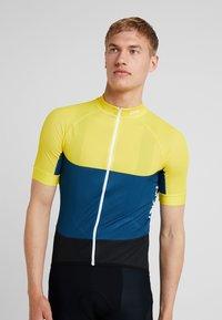 POC - ESSENTIAL ROAD LIGHT  - T-Shirt print - sulphite yellow/draconis blue - 0