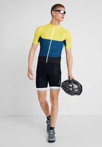 POC - ESSENTIAL ROAD LIGHT  - T-Shirt print - sulphite yellow/draconis blue - 1