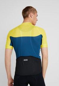 POC - ESSENTIAL ROAD LIGHT  - T-Shirt print - sulphite yellow/draconis blue - 2