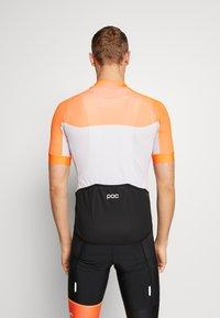 POC - ESSENTIAL ROAD LIGHT  - T-Shirt print - granite grey/zink orange - 2