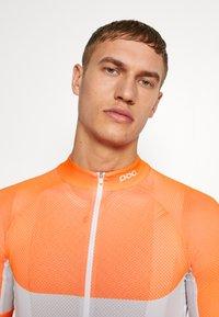 POC - ESSENTIAL ROAD LIGHT  - T-Shirt print - granite grey/zink orange - 3