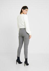 Miss Selfridge Petite - CHECK PONTE TROUSER - Pantaloni - multi - 3