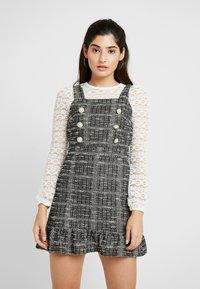 Miss Selfridge Petite - PINNY DRESS - Stickad klänning - mono - 0