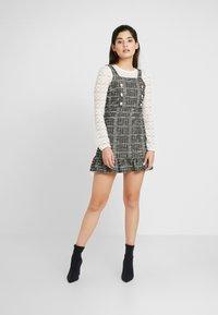 Miss Selfridge Petite - PINNY DRESS - Stickad klänning - mono - 2