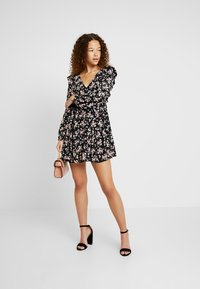 Miss Selfridge Petite - SMOCK PRAIRIE PRINTED DRESS - Robe d'été - black - 2