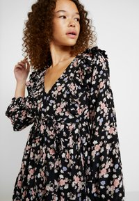 Miss Selfridge Petite - SMOCK PRAIRIE PRINTED DRESS - Robe d'été - black - 5