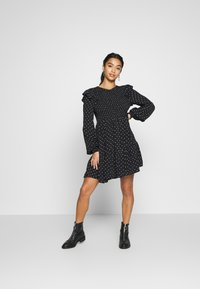 Miss Selfridge Petite - SHIRRED SPOT TEA DRESS - Kjole - black - 3