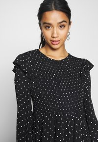 Miss Selfridge Petite - SHIRRED SPOT TEA DRESS - Kjole - black - 4