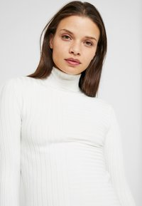 Miss Selfridge Petite - MIXED STRIPE FINE GAUGE ROLLNECK - Jersey de punto - ivory - 3
