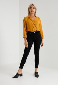 Miss Selfridge Petite - LIZZIE - Jeans Skinny Fit - black - 1