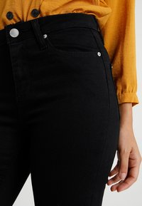 Miss Selfridge Petite - LIZZIE - Jeans Skinny Fit - black - 5