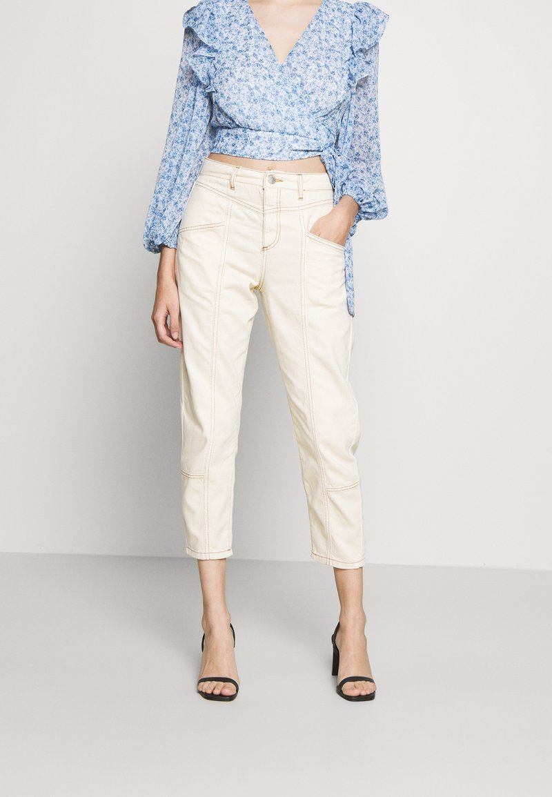 Miss Selfridge Petite - MOM HIGH WAIST - Vaqueros boyfriend - white