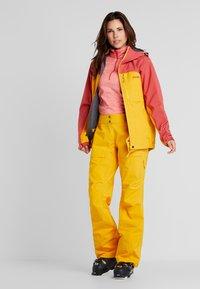 PYUA - GORGE - Skijakke - dark rose/pumpkin yellow - 1